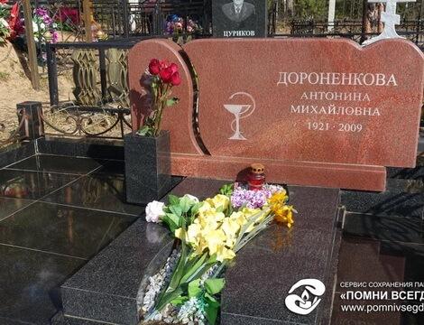 Памятник Роза из двух видов гранита Ярославль Лампадка из покостовского гранита Мончегорск